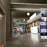 空港ターミナル2に到着しました。電車のサインを辿って駅まで行けとの指示があったので歩きましたが、空港内を10分以上は歩きました。表示が分かりにくかったです。