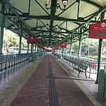 パークから乗り降りする、バスの駅です!広いしわかりやすいです!この柵?のようなものに折りたたみ式の椅子がついており、バスを待つ時はキャストの方にどうぞと言われて座って待つことができました!