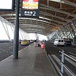 ANA利用だったので浦東空港の第2ターミナルのここで下されました。スーツケースは自分でトランクから出しましょう。
