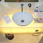 洗面台。アメニティやミネラルウォーターも揃っています。歯ブラシもありました。