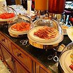 ラウンジの朝食。肉厚のサーモンやハム、サラミ、チーズ。フルーツなどなど。