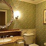 バスルームとトイレは別。こちらにも大きな洗面台が。