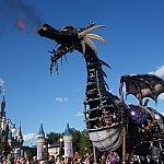ドラゴンのフロートです。もちろん火も噴きます。間近で見るとすごい迫力です!