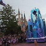 パレード中、氷の城と一緒に