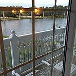 窓の外には,小さなバルコニーがあります。モノレールの線も見えます。