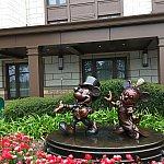 正面玄関にあるミッキーとミニーの像