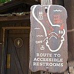 トイレは2箇所ありますよ。お子様連れでも安心してトムソーヤ島で遊べますね。