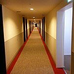 エレベーターホールから続く廊下突き当たりを曲がっても一番奥までは同じ位長いです