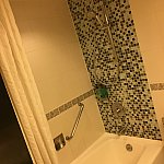 シャワーが固定じゃないのは嬉しい!水圧も充分です。バスタブも深さがあります。が、水回りはピカピカとは言えません。