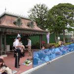 JAL特別鑑賞エリアはオムニバス乗り場からワールドバザール方面に10m程度です。
