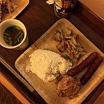 焼いたソーセージ・チキン・蒸し焼き野菜、日本から持参したレトルトご飯と味噌汁で日本食☆お皿は備え付けの紙皿です!