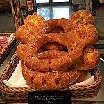 こちらは顔よりデカイ?とにかくおっきいです!フランスパンっぽい生地だったので、かなり食べ応えがありそうです!