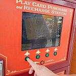 """プレイカードを既に持っている場合は1番左の""""Recharge""""、新しくカードを作る場合は1番右の""""New Card""""を押します"""