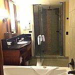 マスターベットルームのバスルームです。手前ジャグジー・奥シャワールームシャワールームの隣にはトイレがあります。(写真に写っていませんが。。)