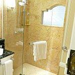綺麗で広いシャワールーム