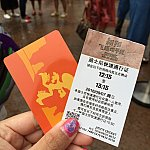 ファストパスと同時に、チケットの提示も求められます。英語のファストパスの発券も可能です。