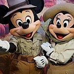 探検家スタイルのミッキーとミニー