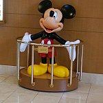 ディズニーファンタジー入り口にはお出迎えのミッキー
