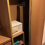 クローゼットの中に金庫と部屋用のタオル。大浴場に行く時は別でタオルが受け取れます。