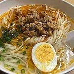 お肉いっぱいの辣肉面!スープは超薄味(味がない?)なので日本のラーメンをイメージするとギャップに驚くかも💦