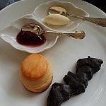 二段目コウモリの形のスコーンが可愛かったです。ブルーベリーソースつけて食べても美味しいです。