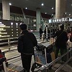 空港のタクシー乗り場。この日は列がはみ出すほど人が並んでいました!