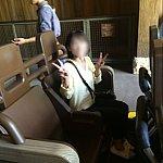 座ったらこんな感じです。座席の前に荷物用の網が取り付けてあります。