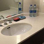 洗面台には固形せっけんと歯ブラシセットペットボトルのお水が2本置いてありました。