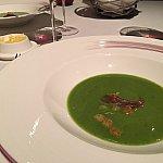 お豆のスープです。濃厚ながらもさっぱりとした口あたりで、美味しい頂けます。パンのリフィルもできるので一緒に…♡