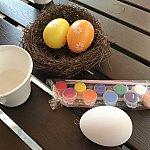 水彩絵の具のミニセットと卵