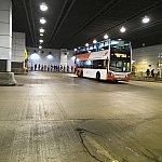 東涌駅のバスターミナル。バスはこんな感じの2階建です
