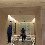 突き当りの右手にエレベーターホールがあり、1階まで降ります。