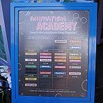 入口前に当日のスケジュールがわかる看板が出ています。30分おきに違うキャラクターを書くことが出来ます。