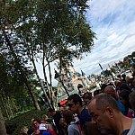 一般オープンの30分前、フロンティアランドの入口にスタンバイし始めたところです。人はいるものの、カオスな雰囲気はまだありませんでした。