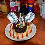 サプライズケーキに年齢のキャンドルを友人がつけてくれるという心にくい演出。
