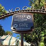 この様にダイニングパッケージのサインが。ファンタズミック!の入口と同じ場所にある入口です。