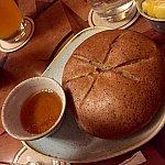 注文を取ると、このパンが出て来ます。蜂蜜を付けて食べます。どうしてもベタベタしてしまうんですよね。