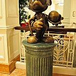 ホテルのエントランスを入ると、ミッキーの銅像がお出迎えしてくれます。