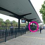 地下鉄駅前のバスターミナルでは、一番奥にバス停があります。ピンク色の丸枠の場所。