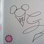 ジェラトーニのサインです。Gと尻尾を表しているのかな?と思っています。