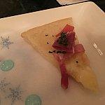 オニオンとプロシュートのピザ。アフタヌーンティーにこういうのがあると個人的に嬉しいです。