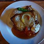 メインのお料理は、テリヤキチキンポリネシアンソース、バターライスと温野菜添え