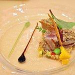 ライムの香るマグロのセサミクラスト トルティーヤチップスとジャークスパイスのクスクスサラダ