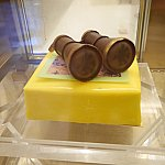 こちらも大きなケーキ。双眼鏡のガラスにはミッキーが!