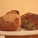 パンは2種類!左が国産小麦の固いパン、右が菜の花とベーコンが入った柔らかいパンです。