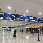 浦東空港到着後、Taxiの看板を頼りに乗り場に向かいます。