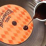 レコード盤の真ん中となるチョコレートはオレンジ色ですがホワイトチョコレートです。