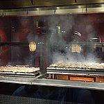 レストランの入口近くにはグリルがあり、大量のステーキとチキンが調理されていました。撮影をしている僕に気づいて、ポーズを決めてくれているキャストさんです。