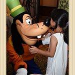グーフィーに、はなにキスをしてくれと言われて、8歳の長女が応じていました。
