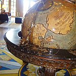 ロビーには大きな地球儀があります!